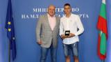 Министър Кралев награди бронзовия медалист от Световното първенство по плуване за юноши Йосиф Миладинов