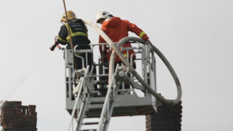 Три пожарни екипа гасят сградата на читалището в село Гложене,