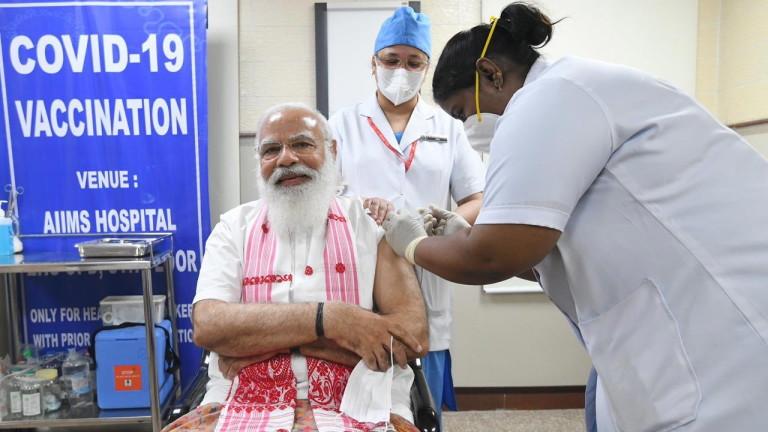 Премиерът Нарендра Моди се имунизира с индийска ваксина