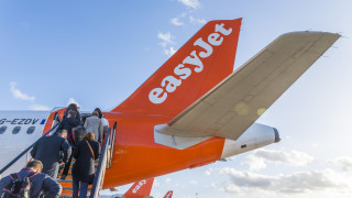 Основателят на EasyJet иска да махне шефовете на авиокомпанията заради сделка за $5,6 милиарда