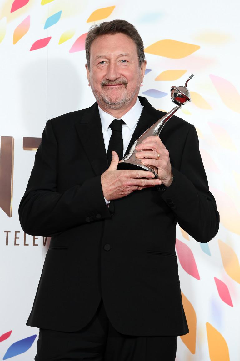 Стивън Найт с наградата за най-добър драматичен сериал (Peaky Blinders) на National Television Awards 2020