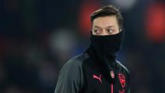 Месут Йозил остава в Арсенал