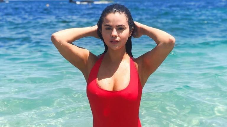 Селена Гомес е спасителка на плажа