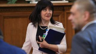 Караянчева наставлява президента и защитава Цветанов