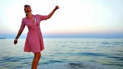 Нелина посрещна Джулая на брега на морето