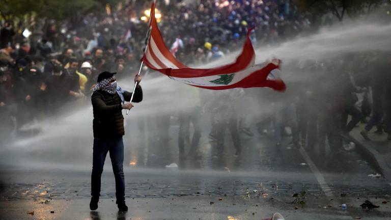 Сблъсъци и сълзотворен газ пред парламента в Бейрут