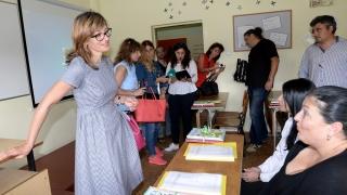 Знанието ще ви направи свободни, окуражи Захариева ученички в Сливенския затвор