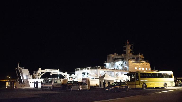Кораб на италианската брегова охрана с повече от 500 имигранти,