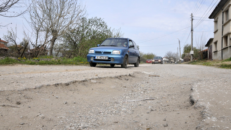 """Недоволни шофьори оградиха дупките на пътя с бяла боя и написаха """"С любов към АПИ"""""""