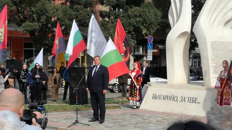 В София пред Паметника на революционерите от Македония, Одринско и