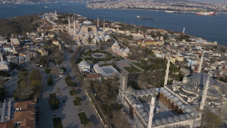Комендантският час в Турция струва оставката на вътрешния министър