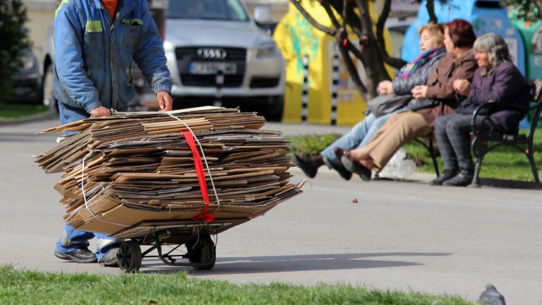 България е водеща в ЕС по риск от бедност, като