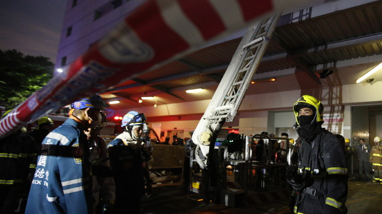 Хотел в пламъци в Банкок, хора скачат от небостъргача