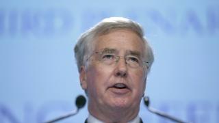 Британският министър на отбраната подаде оставка