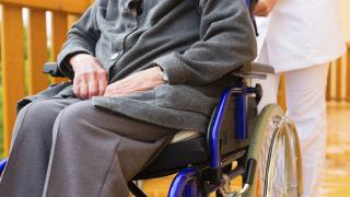 Швеция търси спешно 10 000 медици за старческите домове