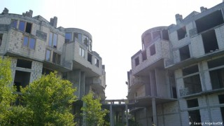Призрачни бетонни скелети загрозяват Черноморието, а строежите продължават