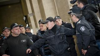 Петното беснее в съдебната палата, че го оставят в ареста
