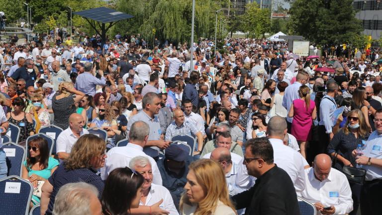 Премиерът Бойко Борисов бе посрещнат на крака и с бурни