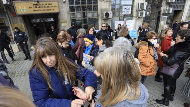 Медицински сестри отново излязоха на протест пред Министерството на здравеопазването,