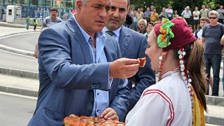 Посрещнаха Борисов с питка във В. Търново