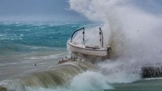 Шестметрови вълни в Далмация заради ураганен вятър, съборени дървета и стълбове