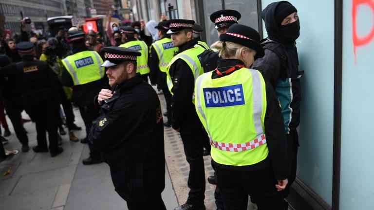 Четиринадесет полицаи са ранени по време на антирасистичните протести в