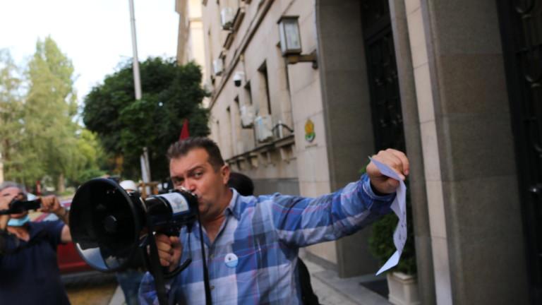 С бутилки минерална вода протестиращите блокираха входа на Министерството на