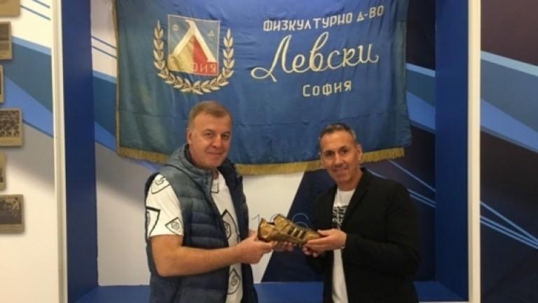 Наско Сираков дари една от най-ценните си лични награди на музея на Левски