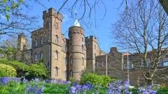 300-годишният замък на няколко минути от Лондон, който се продава за £2,75 милиона