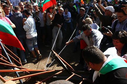 Протестът се променя, става агресивен, установи МВР