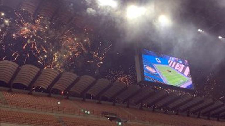 """Тифозите на Интер подобаващо отбелязаха гола на Видал с пищна заря извън пределите на """"Джузепе Меаца""""."""