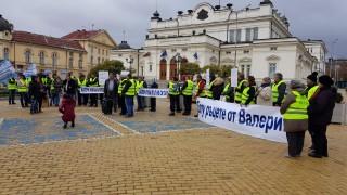 Двайсетина протестират в защита на Валери Симеонов пред НС