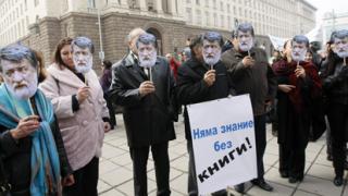 Вежди Рашидов чете поезия и проза под прозорците на Борисов