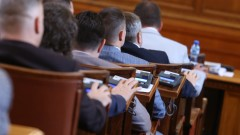 Парламентът заседава извънредно във вторник