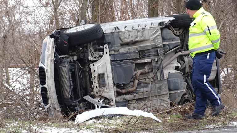 Пиян шофьор блъсна пешеходец и катастрофира, докато бяга