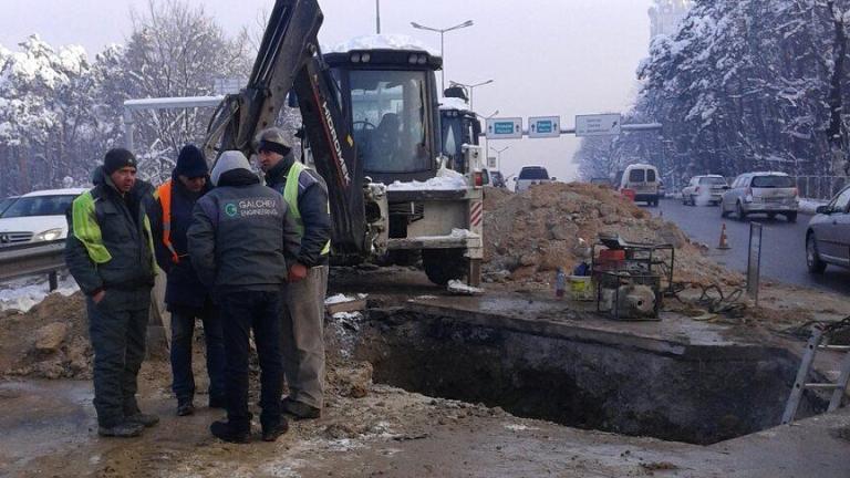 """Водопроводи на над 60 г. причинили аварията по алея """"Яворов"""""""