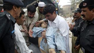 Десетки загинали след двоен атентат в Пакистан