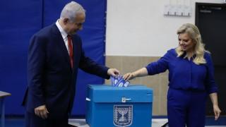 Нетаняху натиска плажуващи да излизат от водата и да ходят да гласуват за него