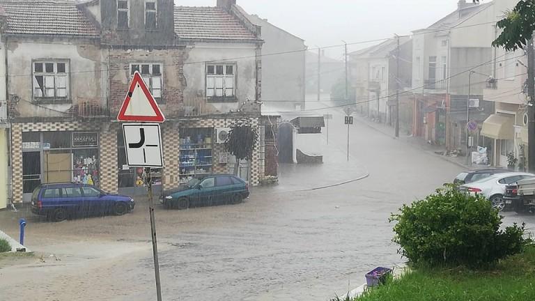 Проливен дъжд наводни улиците на Ивайловград. Има сигнали за закъсали
