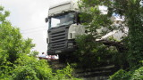 Шофьор на бус загина след удар с тир на Ришкия проход