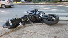Кола помете моторист на кръстовище в Пловдив
