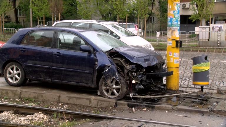 Снимка: Шофьорка с над 3,4 промила се заби в стълб в София