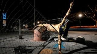 Този път вандалите успяха - статуята на Ибрахимович беше съборена