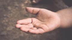Все повече деца просят в България