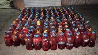 Задържаха двама шофьори с близо 300 бутилки крадено гориво