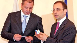 Министър Василев подарява електронни подписи