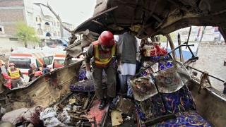 Бомба в автобус уби най-малко 16 чиновници в Пакистан