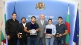 Кралев награди медалистите от Световното по борба Тайбе Юсеин и Айк Мнацаканян