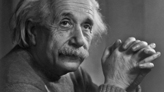 Алберт Айнщайн е спечелил $10 милиона през 2015 година. Мерилин Монро – $15 милиона