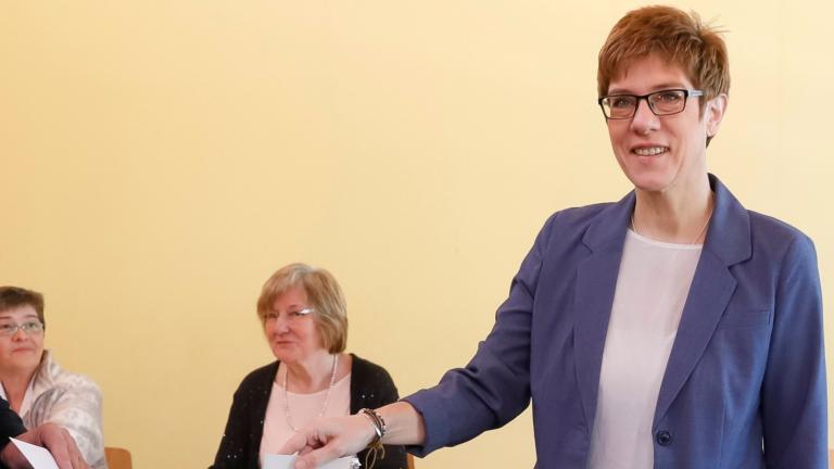 Анегрет Крамп-Каренбауер е фаворит за поста на Меркел в ХДС